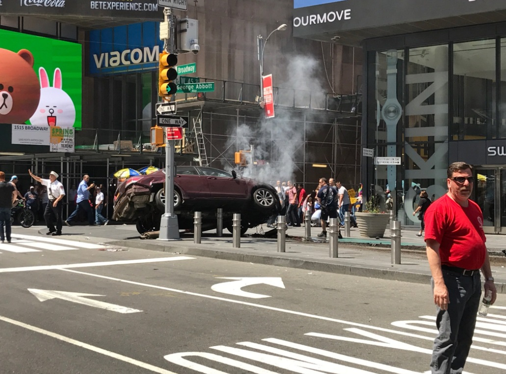 Difunden video del momento exacto del accidente automovilístico en Times Square