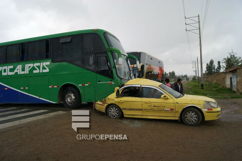 FOTOS: En accidente bus termina sobre automóvil