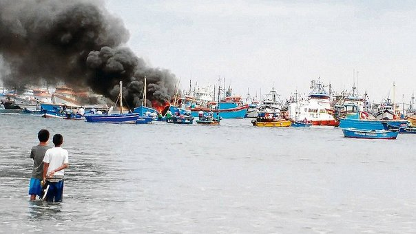 Tres embarcaciones se incendian en el mar de Paita (VIDEO)