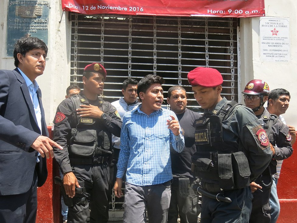 Chiclayo: La Policía interviene por gresca en local del Apra (VIDEOS Y FOTOS)