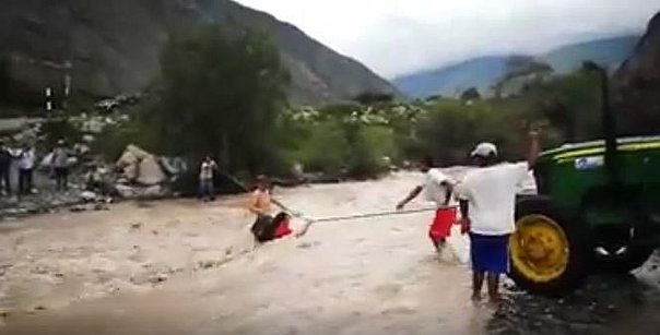 Facebook: arriesgan sus vidas intentando cruzar caudaloso río  (VIDEO)