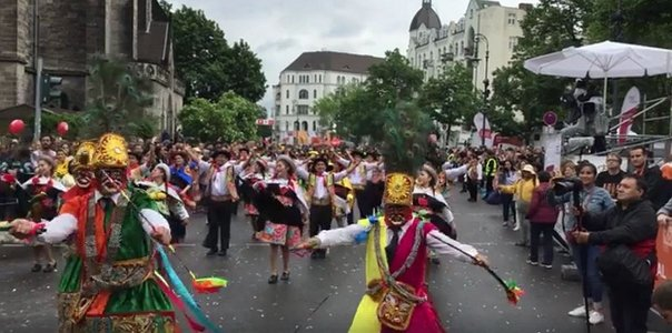 Facebook: danzantes de huaylarsh y shapish se lucen en Berlín (VIDEO)