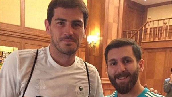Iker Casillas conoce al doble de Messi