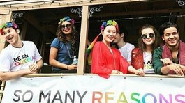 """13 Reasons Why"": protagonistas de la serie apoyaron marcha del Orgullo Gay (FOTOS)"