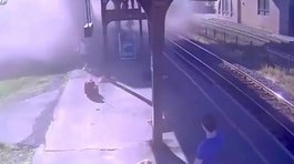 ​Niño provoca choque de tren contra estación (VIDEO)
