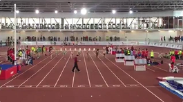 Juez distraído interrumpe competencia de atletismo (VIDEO)