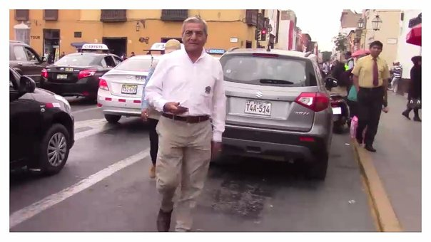 Trujillo: Taxista increpa a alcalde Elidio Espinoza por mal estado de las pistas (VIDEO)