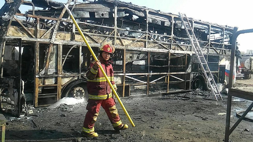 Incendio consume dos ómnibus interprovinciales (FOTOS Y VIDEO)