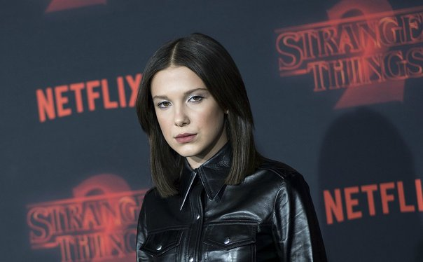 "Millie Bobby Brown impacta con cambio de look en la alfombra roja de ""Stranger Things 2"" (FOTOS)"