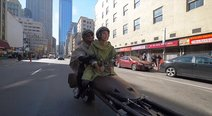 Star Wars: el disfraz de 'Luke' y 'Leia' en una speeder bike que parece flotar (VIDEO)