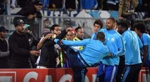 Europa League: Patrice Evra agredió con salvaje patada a hincha de su equipo (VIDEO)