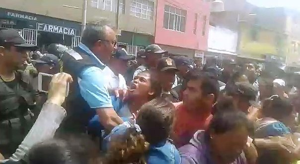 Chiclayo: Ambulantes se enfrentan a policías para no ser desalojados (VIDEO)
