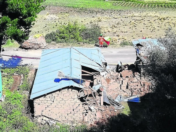 Roca aplasta vivienda y causa accidente vial