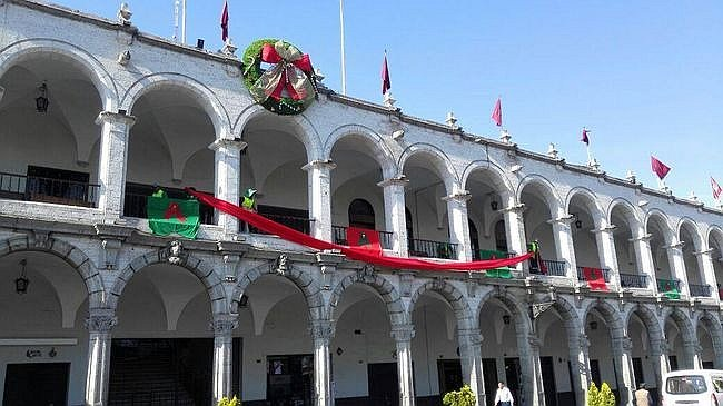 Encienden árbol navideño y decoran Plaza de Armas de Arequipa (FOTOS Y VIDEO)