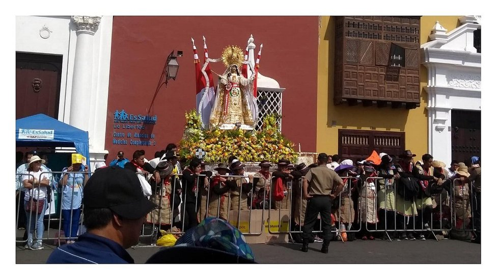 Fieles esperan la llegada del Papa Francisco en la plaza de armas (VIDEO)