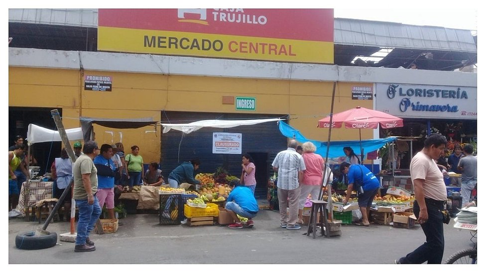Comerciantes ofrecen sus productos en los exteriores del Mercado Central (VIDEO)