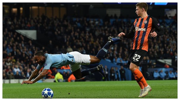 ​Árbitro cobró escandaloso penal a favor del Manchester City (VIDEO)
