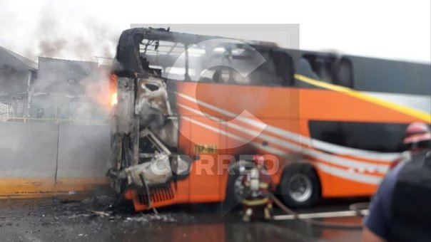 ​Vía de Evitamiento: bus interprovincial se incendió esta mañana en plena carretera (FOTOS y VIDEOS)