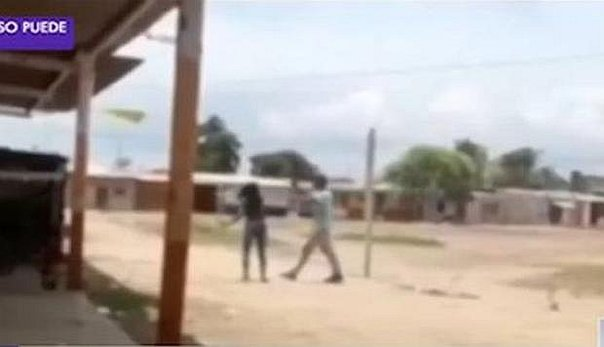 Tumbes: Mujer agrede a palazos a su ex pareja (VIDEO)