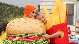 "Taylor Swift y Katy Perry juntas en el videoclip ""You Need To Calm Down"" (VIDEO)"