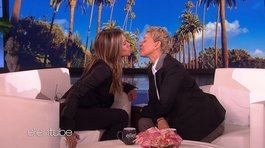 Jennifer Aniston y Ellen DeGeneres causan revuelo al besarse en vivo (VIDEO)