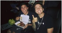 ​Youtubers comen pollo a la brasa en sala de cine (VIDEO)