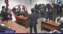 Hermana de Juanita Mendoza golpea a Esneider Estela en plena audiencia (VIDEO)