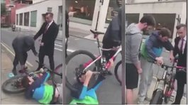 Le intentaron robar su bicicleta y se arrastró hasta defenderla (VIDEO)